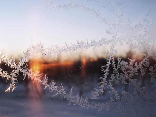Ein Fenster mit Eisblumen